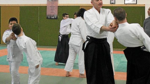 aikido-une-quinzaine-de-jeunes-participants-au-stage